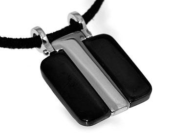 Halsband i stål med svart rem. Bredd cirka 22 mm.