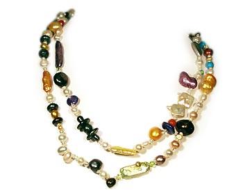 Halsband i flerfärgade odlade sötvattenpärlor av olika stilar.