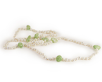 Halsband i vita odlade sötvattenpärlor och gröna kristaller, dubbelknutet.
