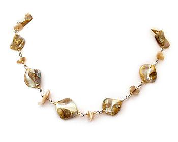 Halsband i beige pärlemor.
