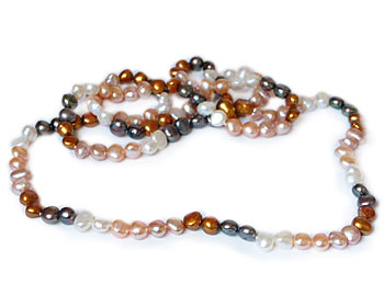 Långt pärlhalsband i odlade sötvattenpärlor. Pärlstorlek ca 7-9 mm.
