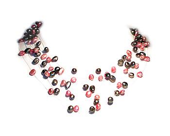 Pärlhalsband i svarta och rosa odlade sötvattenpärlor. Pärlhalsbandet har 10 rader pärlor.