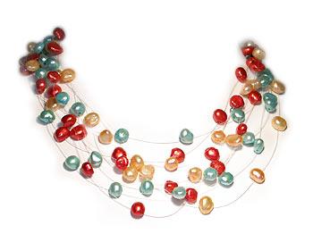 Trefärgat pärlhalsband i odlade sötvattenpärlor. Pärlhalsbandet har 9 rader svävande pärlor i storlek ca 7-8mm.