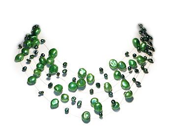 Pärlhalsband i gröna odlade sötvattenpärlor. Pärlhalsbandet har 6 rader svävande pärlor i två storlekar. Silverlås.