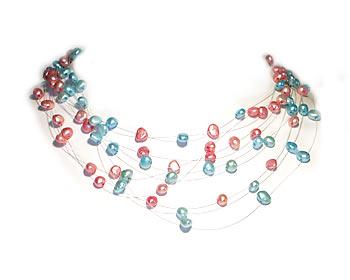 Pärlhalsband i blåa och rosa odlade sötvattenpärlor. Pärlhalsbandet har 10 rader svävande pärlor.