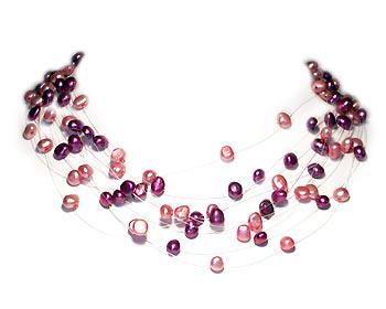Pärlhalsband i rosa och lila odlade sötvattenpärlor. Pärlhalsbandet är gjort i 10 rader svävande pärlor och silverlås.