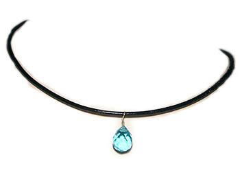 Halsband med en svart läderrem och med en blå halvädelsten som hänge.