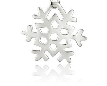 Hänge i form av en snöflinga gjord i silver. Storlek ca 3,2x3,2cm. OBS! Utan kedja.
