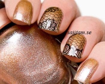 Svarta spetsmönster till naglarna. Vattendekalen måste klippas så att det passar dina naglar. Det svarta mönstret har en transparent bakgrund och syns bäst över ljusa lack.