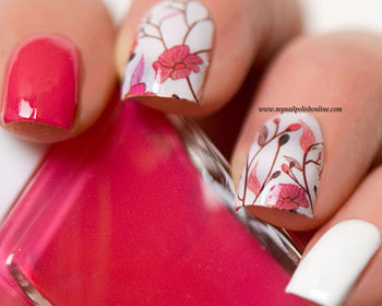 Nageldekaler med rosa blommor.