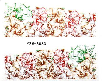 Blommiga nageldekorationer i bruna och gröna färger.