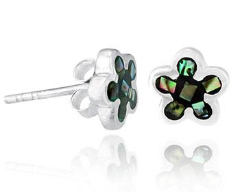 Silverörhängen gjorda i silver och pärlemor. Storlek ca 0,8 x 0,8 cm.