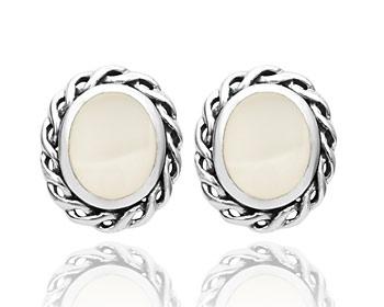Silver örhängen gjorda i vit pärlemor och 925 silver. Storlek ca 1,5 x 1,2 cm.