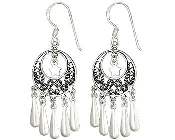 Långa örhängen gjorda i silver.