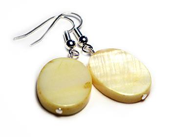 Pärlemorörhängen med ca 15x20 mm stora gula pärlemorplattor. Silverplätterad krok.