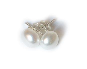 Vita, klassiska pärlörhängen i odlade sötvattenpärlor. Pärlstorlek ca 7,5mm. Silverstift.