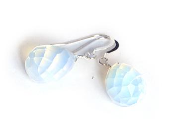 Örhängen i silver och transparanta kristaller.