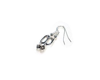 Örhängen i silverfärgad metall.