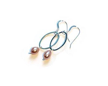 Örhängen i silverfärgad metall och sötvattenpärlor. Silverkrok.