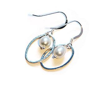 Örhänge i silverfärgad metall och sötvattenspärla. Silverkrok.