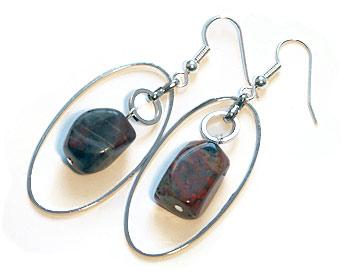 Örhängen i silverfärgad metall och stenar.