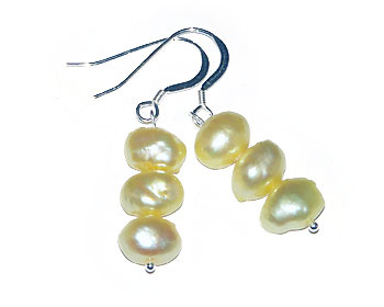 Pärlörhängen i gula odlade sötvattenpärlor och silver.