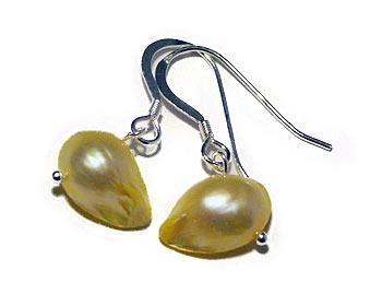 Pärlörhängen gjorda i gula odlade sötvattenpärlor. Silver.