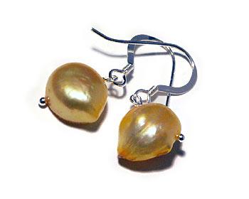 Pärlörhängen gjorda i gula odlade sötvattenpärlor och silver.