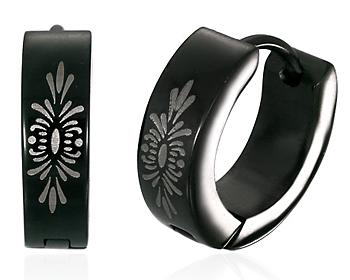 Svarta stålörhängen med mönster.