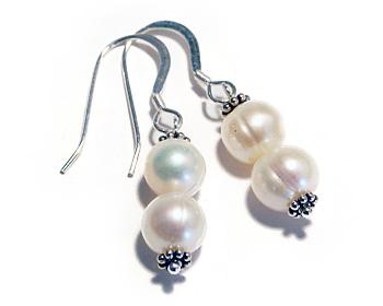 Pärlörhängen i vita odlade sötvattenpärlor och silver.