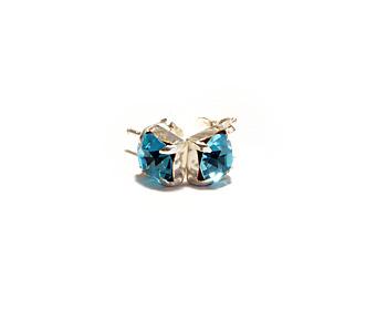 6mm kristallörhängen med månadsstenen för mars månad (Aquamarine). Silverstift.