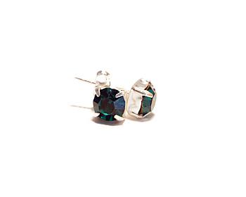 Silverörhängen med kristaller. Kristallerna motsvarar månadsstenen för maj månad (Emerald).
