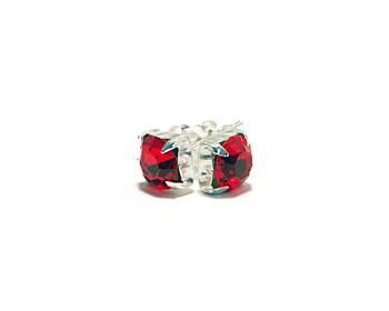 Kristallörhängen med månadsstenen för juli månad (Ruby). Silverstift.