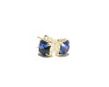 Örhängen 6mm i kristaller med månadssten för september månad (sapphire). Silverstift.
