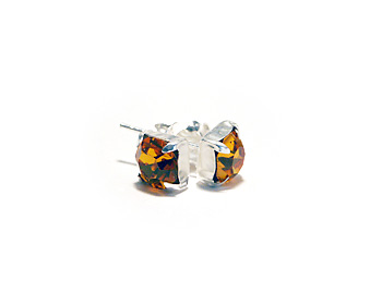 6mm örhängen i silver och kristaller. Kristallen är månadsstenen för november månad (Topaz).