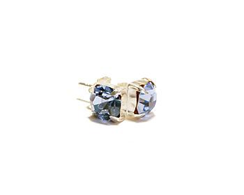 Örhängen med kristaller och silverstift. Kristallen är månadstenen för december månad (blue zircon). Storlek 6mm.