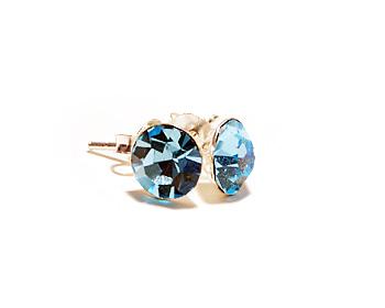 Kristallörhängen 6mm med månadsstenen för mars månad (aquamarine). Storlek 6mm. Silverstift.