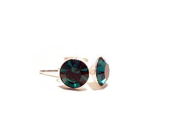 Kristallörhängen i silver med månadsstenen för maj månad (emerald).