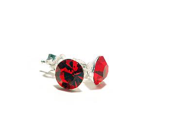 Örhängen 6mm med kristaller motsvarande juli månad (ruby). Silverstift.