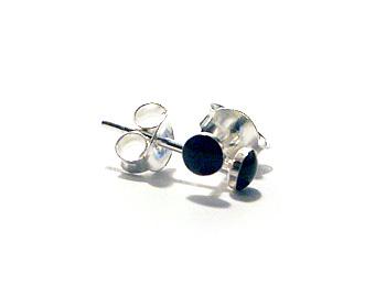 Örhängen i silver och svart onyx. Storlek 3mm.