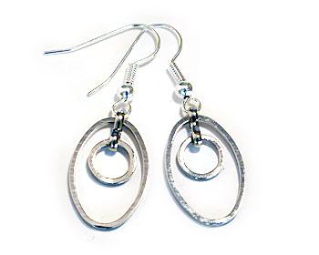 Silverfärgade örhängen.