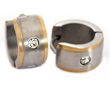 Snygga örhängen i stål. Diamter cirka 14 mm, bredd cirka 7 mm.