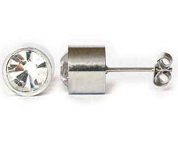 Vita stiftörhängen 8 mm i diameter och cirka 7 mm i höjd.