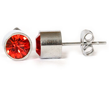 Röda örghängen 6 mm i diameter och höjd cirka 5 mm.