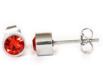 Röda örhängen 5 mm i diameter och cirka 4 mm i höjd.