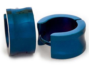 Blåa stålörhängen. Breddd cirka 7 mm, diameter cirka 13,5 mm.