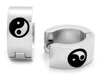 Yin Yang örhängen i stål. Bredd cirka 6 mm, diameter cirka 14 mm.