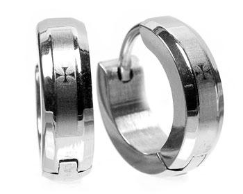 Stålörhängen med kors. Tjocklek cirka 4 mm, diameter cirka 14 mm.