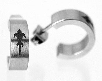 Stålörhängen. Bredd cirka 5 mm, yttre diameter cirka 14 mm.