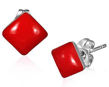 Röda örhängen i stål.